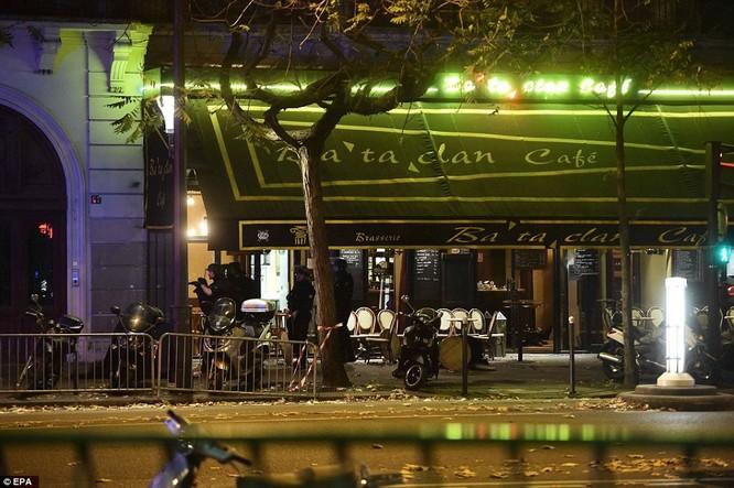 Những khoảnh khắc hãi hùng vụ tấn công đẫm máu tại Paris ảnh 38