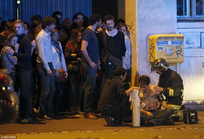 Những khoảnh khắc hãi hùng vụ tấn công đẫm máu tại Paris ảnh 39