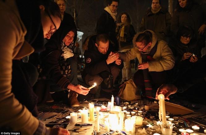 Những khoảnh khắc hãi hùng vụ tấn công đẫm máu tại Paris ảnh 40