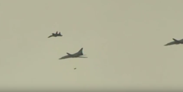 25 máy bay ném bom chiến lược Nga xé nát bầu trời Syria ảnh 1