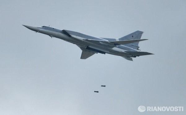 25 máy bay ném bom chiến lược Nga xé nát bầu trời Syria ảnh 4