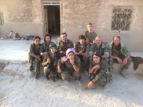 Video + photo của một cựu binh người Anh, chiến đấu trong hàng ngũ người Kurd chống IS ảnh 17
