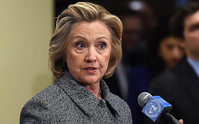 <b>Hillary Clinton</b><br> <br> Cựu ngoại trưởng, cựu đệ nhất phu nhân Mỹ Hillary Clinton được Wealth-X cho là sở hữu giá trị tài sản ròng 18 triệu USD. <br> <br> Riêng trong năm 2014, nhà Clinton kiếm được 28 triệu USD. Từ năm 2014-2015, bà Clinton kiếm được khoảng 12 triệu USD từ các buổi diễn thuyết.