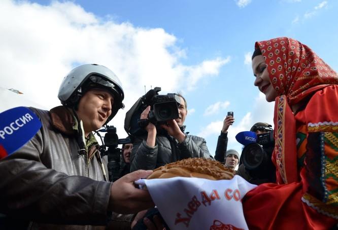 Phi công Nga trở về từ Syria được đón tiếp như những người hùng ảnh 1