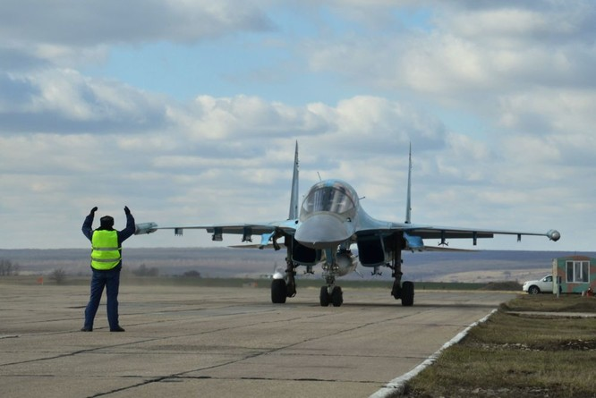 Phi công Nga trở về từ Syria được đón tiếp như những người hùng ảnh 2