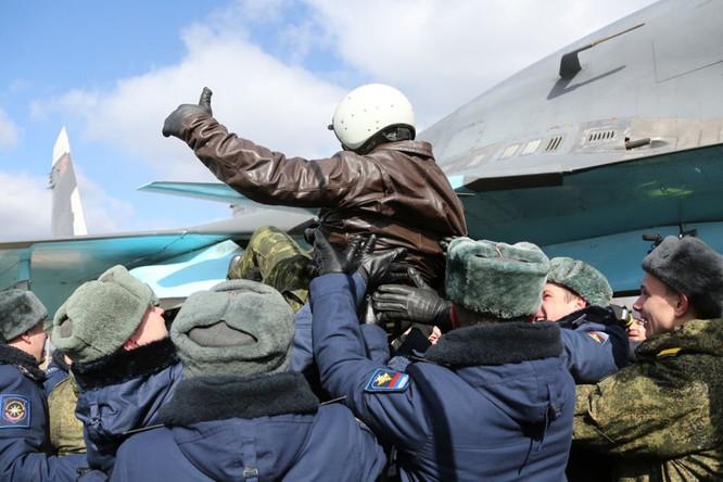 Phi công Nga trở về từ Syria được đón tiếp như những người hùng ảnh 6