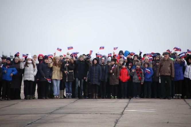 Phi công Nga trở về từ Syria được đón tiếp như những người hùng ảnh 8