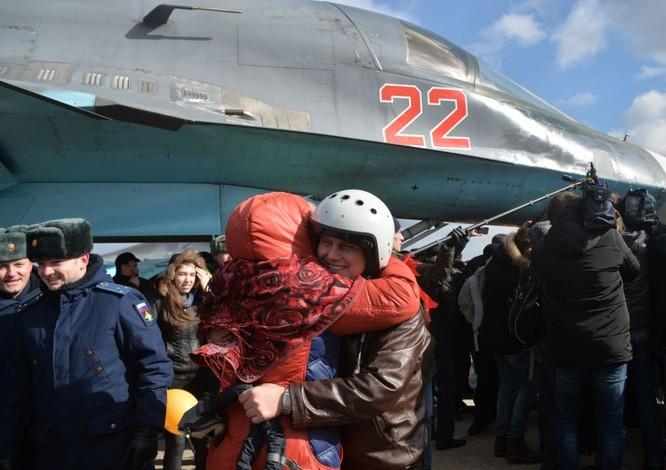 Phi công Nga trở về từ Syria được đón tiếp như những người hùng ảnh 9