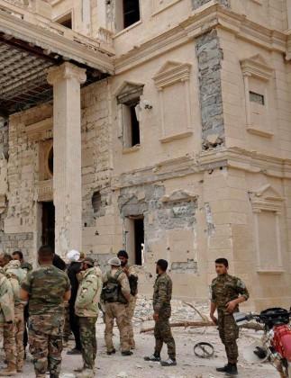 Video + Ảnh: Quân đội Syria đánh vào trung tâm thành phố Palmyra ảnh 3
