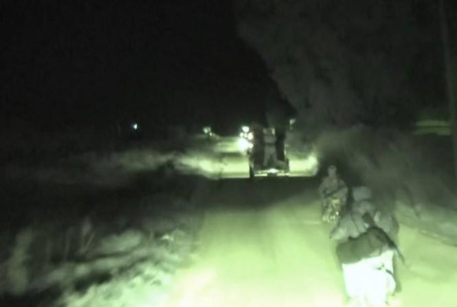 Lính thủy đánh bộ Syria hành quân đếm đến khu vực chiến sự