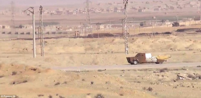 """Video: Xem tên lửa Javelin """"thiêu"""" xe bom cảm tử của IS tại Syria ảnh 2"""