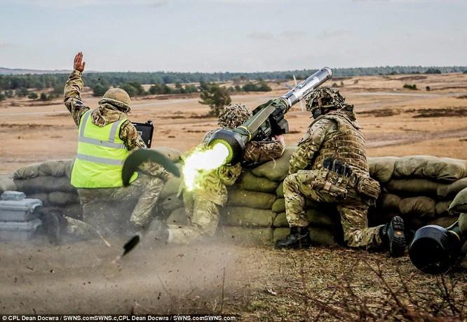 """Video: Xem tên lửa Javelin """"thiêu"""" xe bom cảm tử của IS tại Syria ảnh 4"""