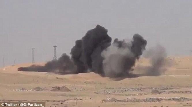 """Video: Xem tên lửa Javelin """"thiêu"""" xe bom cảm tử của IS tại Syria ảnh 8"""
