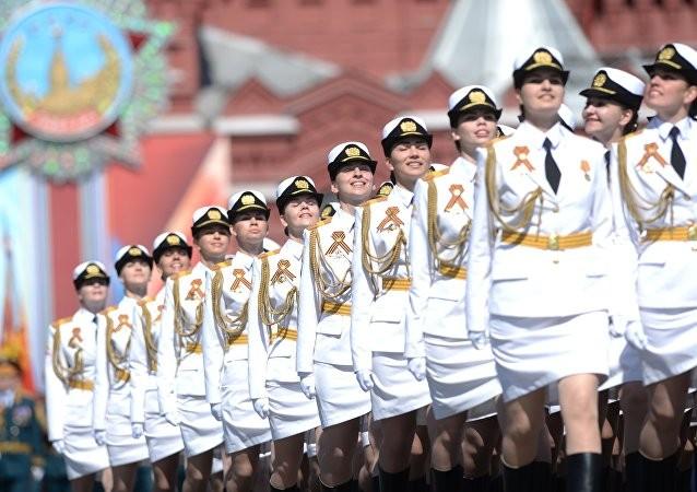 Những nữ binh Nga tươi tắn lần đầu tiên xuất hiện trong lễ duyệt binh