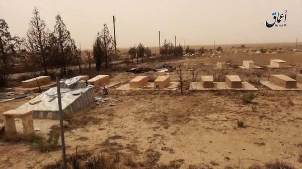IS phá hoại cả nghĩa trang người Công giáo ở Deir Ezzor ảnh 2