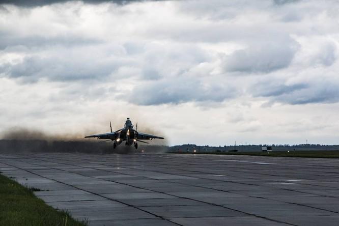 Video: Cận cảnh máy bay tim kích MiG-29UMT Nga huấn luyện ảnh 13