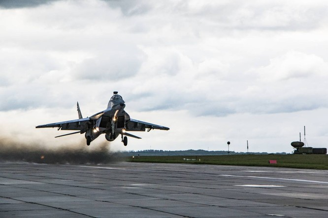 Video: Cận cảnh máy bay tim kích MiG-29UMT Nga huấn luyện ảnh 14