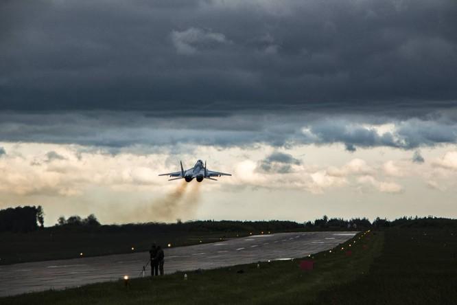 Video: Cận cảnh máy bay tim kích MiG-29UMT Nga huấn luyện ảnh 16
