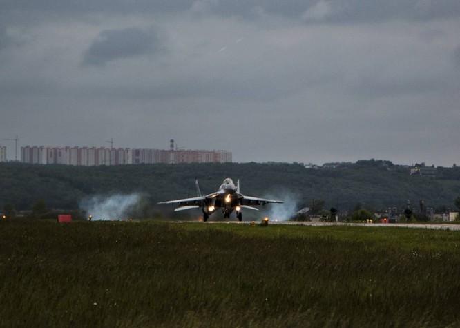 Video: Cận cảnh máy bay tim kích MiG-29UMT Nga huấn luyện ảnh 18