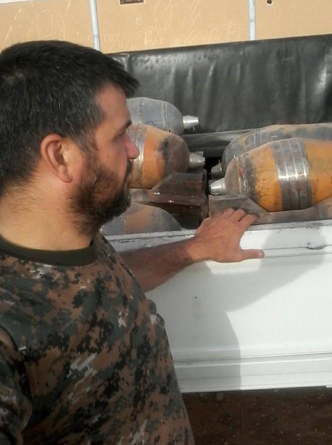 Lính thủy đánh bộ Syria thu giữ một kho vũ khí lớn của IS ảnh 1