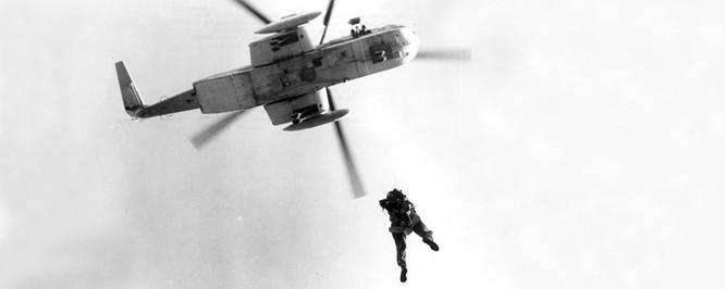 Mỹ cứu hộ phi công gặp nạn trên biển thế nào ảnh 3