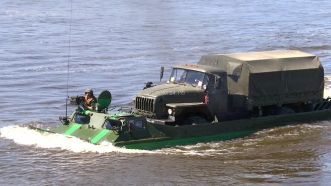 Video: Lực lượng công binh Nga dũng mãnh vượt sông Oka ảnh 6