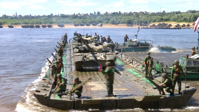 Video: Lực lượng công binh Nga dũng mãnh vượt sông Oka ảnh 12