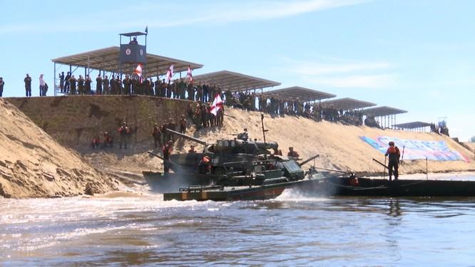 Video: Lực lượng công binh Nga dũng mãnh vượt sông Oka ảnh 14