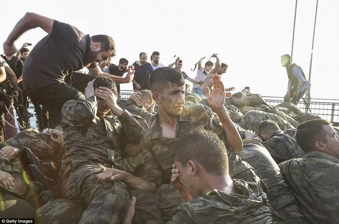 Video, Ảnh toàn cảnh cuộc đảo chính thất bại của quân đội Thổ Nhĩ Kỳ ảnh 40