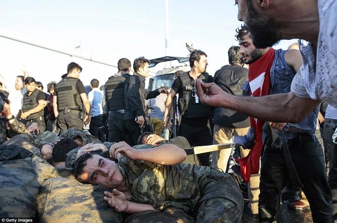 Video, Ảnh toàn cảnh cuộc đảo chính thất bại của quân đội Thổ Nhĩ Kỳ ảnh 41