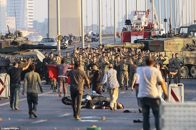 Video, Ảnh toàn cảnh cuộc đảo chính thất bại của quân đội Thổ Nhĩ Kỳ ảnh 42