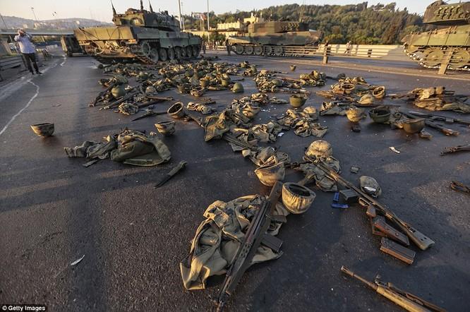 Video, Ảnh toàn cảnh cuộc đảo chính thất bại của quân đội Thổ Nhĩ Kỳ ảnh 43