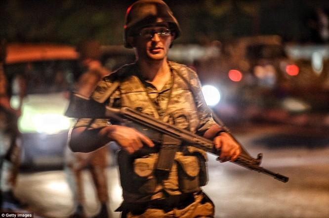 Video, Ảnh toàn cảnh cuộc đảo chính thất bại của quân đội Thổ Nhĩ Kỳ ảnh 1