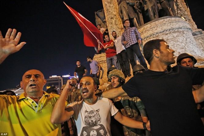 Video, Ảnh toàn cảnh cuộc đảo chính thất bại của quân đội Thổ Nhĩ Kỳ ảnh 17