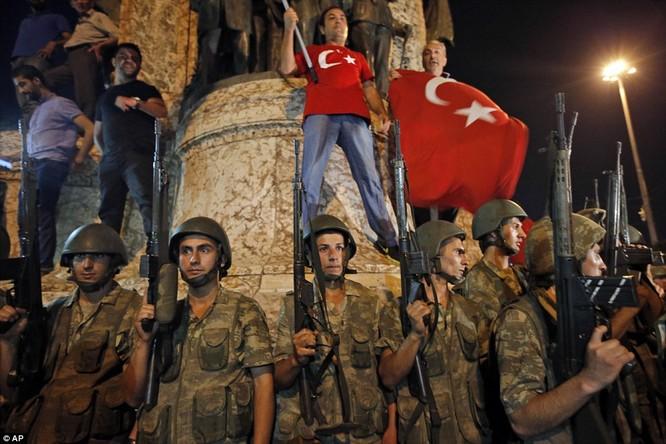 Video, Ảnh toàn cảnh cuộc đảo chính thất bại của quân đội Thổ Nhĩ Kỳ ảnh 18