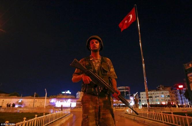 Video, Ảnh toàn cảnh cuộc đảo chính thất bại của quân đội Thổ Nhĩ Kỳ ảnh 4