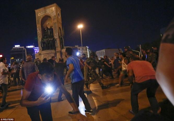 Video, Ảnh toàn cảnh cuộc đảo chính thất bại của quân đội Thổ Nhĩ Kỳ ảnh 20