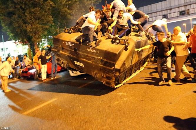 Video, Ảnh toàn cảnh cuộc đảo chính thất bại của quân đội Thổ Nhĩ Kỳ ảnh 22
