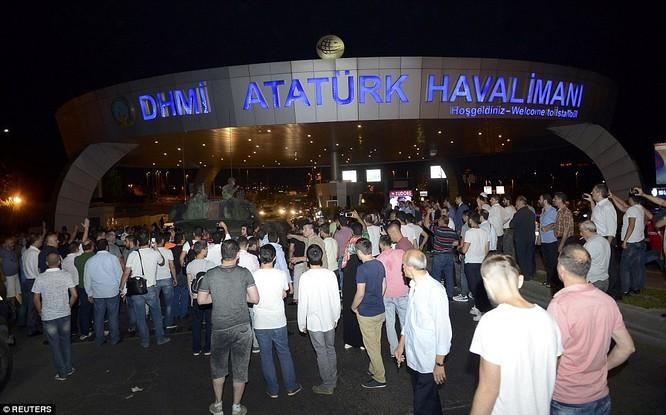 Video, Ảnh toàn cảnh cuộc đảo chính thất bại của quân đội Thổ Nhĩ Kỳ ảnh 25