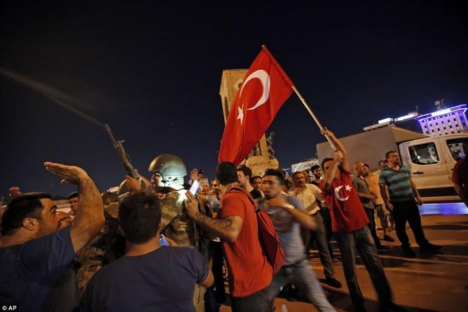 Video, Ảnh toàn cảnh cuộc đảo chính thất bại của quân đội Thổ Nhĩ Kỳ ảnh 26
