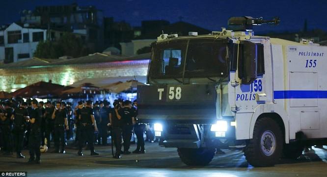 Video, Ảnh toàn cảnh cuộc đảo chính thất bại của quân đội Thổ Nhĩ Kỳ ảnh 27