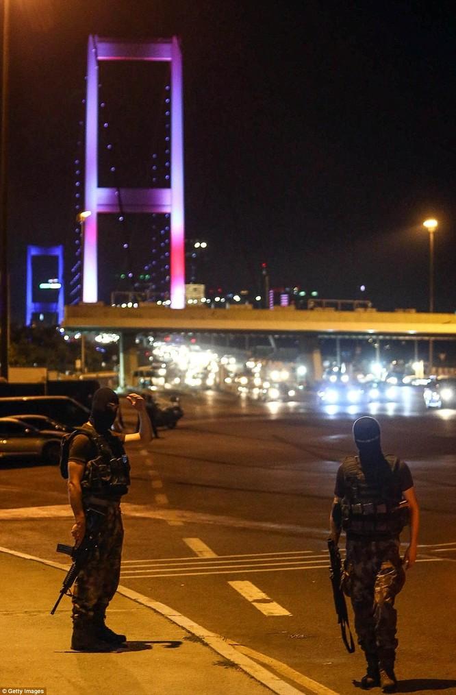 Video, Ảnh toàn cảnh cuộc đảo chính thất bại của quân đội Thổ Nhĩ Kỳ ảnh 5