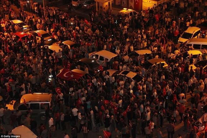 Video, Ảnh toàn cảnh cuộc đảo chính thất bại của quân đội Thổ Nhĩ Kỳ ảnh 28