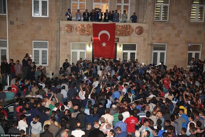 Video, Ảnh toàn cảnh cuộc đảo chính thất bại của quân đội Thổ Nhĩ Kỳ ảnh 29