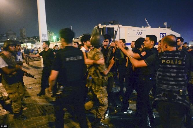 Video, Ảnh toàn cảnh cuộc đảo chính thất bại của quân đội Thổ Nhĩ Kỳ ảnh 37