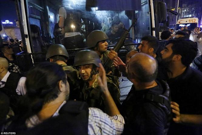 Video, Ảnh toàn cảnh cuộc đảo chính thất bại của quân đội Thổ Nhĩ Kỳ ảnh 38
