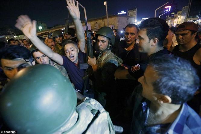 Video, Ảnh toàn cảnh cuộc đảo chính thất bại của quân đội Thổ Nhĩ Kỳ ảnh 39
