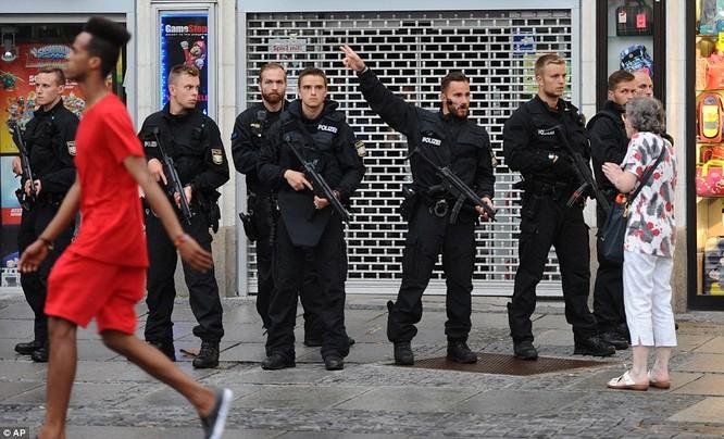 Hiện trường vụ nổ súng, người dân được yêu cầu rời khỏi khu vực và cảnh sát Đức đã khống chế toàn bộ nơi xảy ra vụ việc