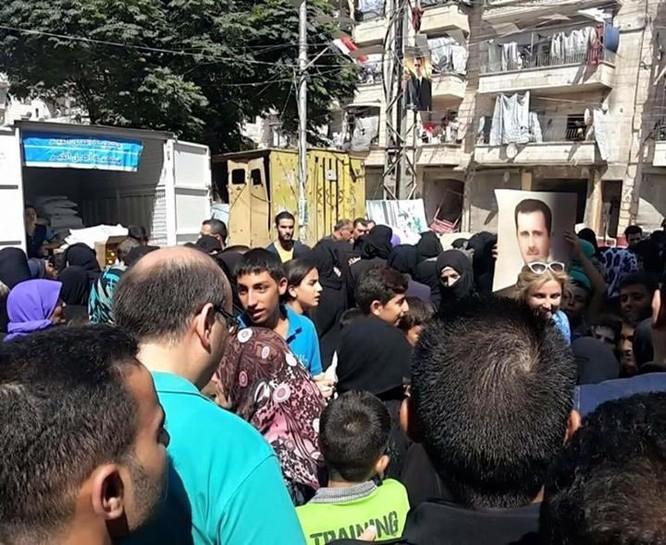 Hàng ngàn người dân thoát khỏi khu phố do Hồi giáo cực đoan kiểm soát ở Aleppo ảnh 1