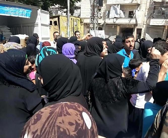 Hàng ngàn người dân thoát khỏi khu phố do Hồi giáo cực đoan kiểm soát ở Aleppo ảnh 2